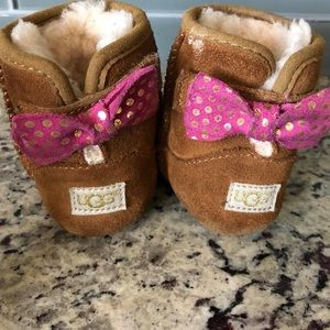 Adorable Baby UGGS - Size 2/3 - Cute back bows 🎀